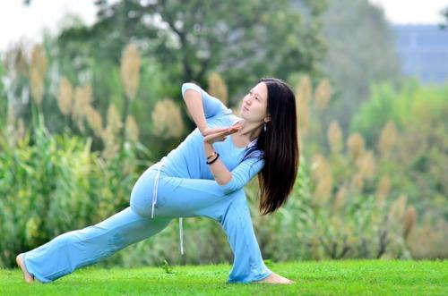 几个基础瑜伽动作,让你瘦成一道闪电
