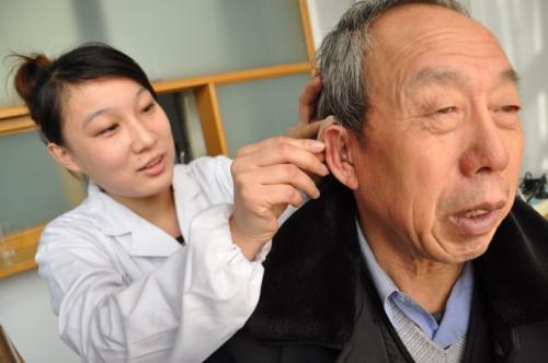 老人如何正确选配助听器?