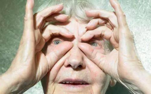 """中老年人群易发""""眼中风"""" 视力急剧下降"""